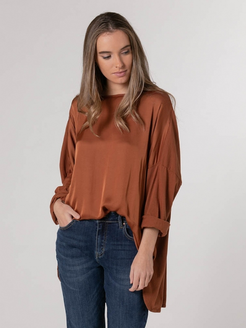 Oversized flowy satin t-shirt avellana