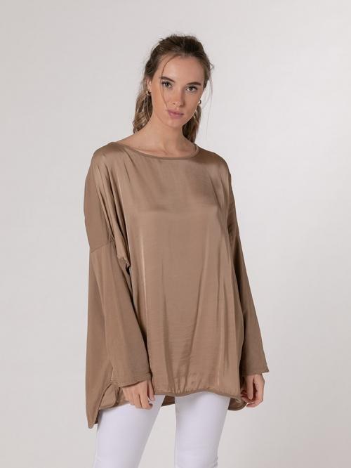 Camiseta oversize fluida satén Camel