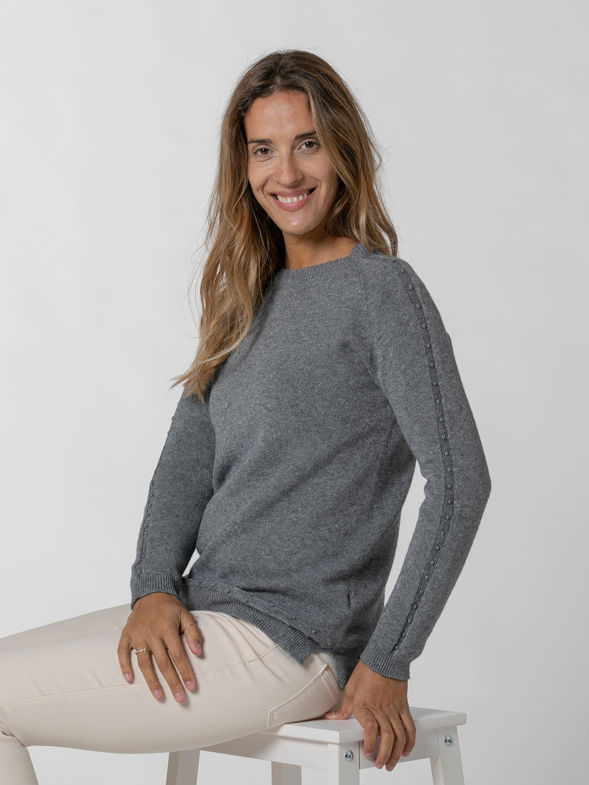 Woman Round neck pearl sweater Grey
