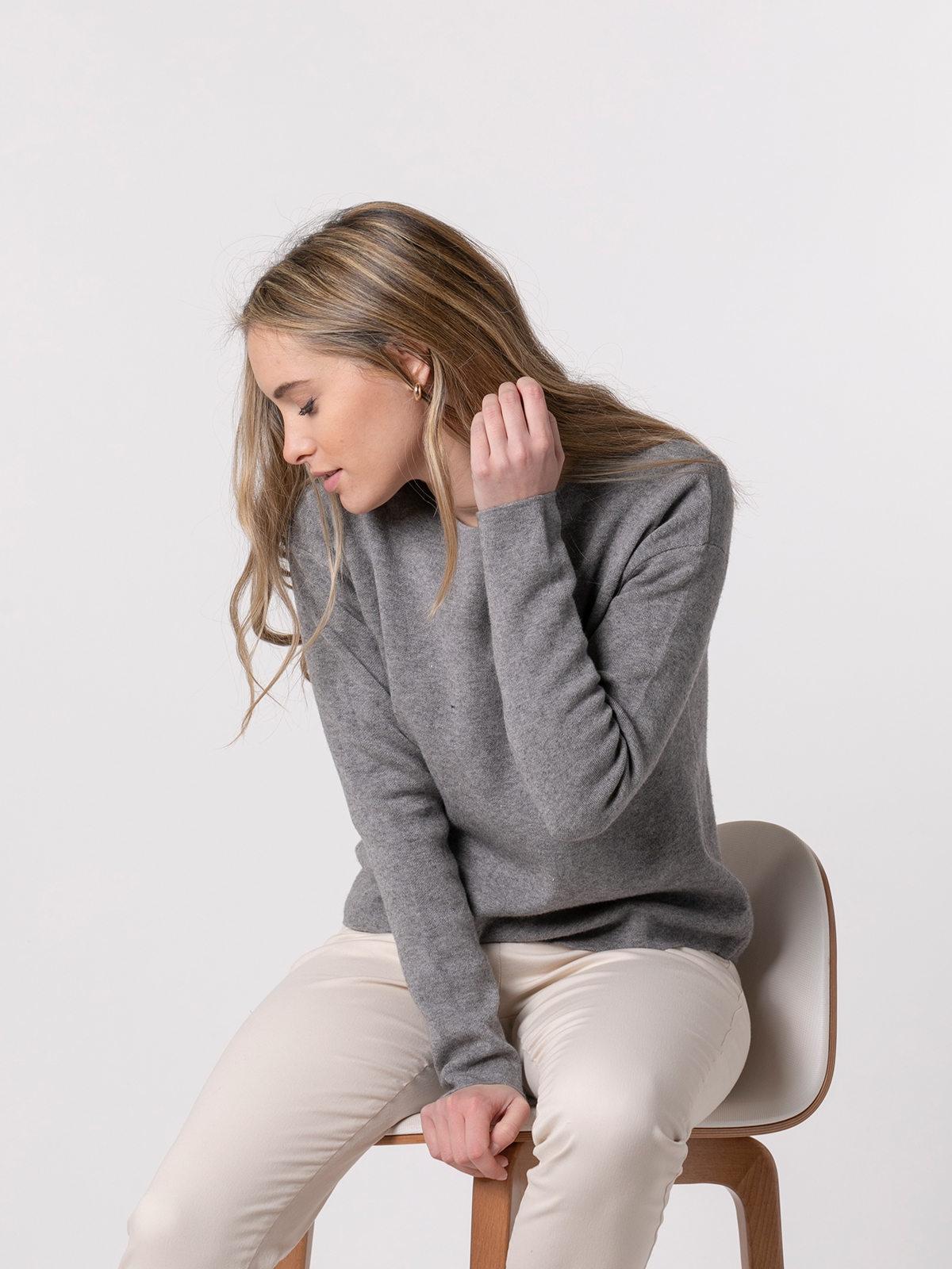 Woman Soft round neck knit sweater Grey
