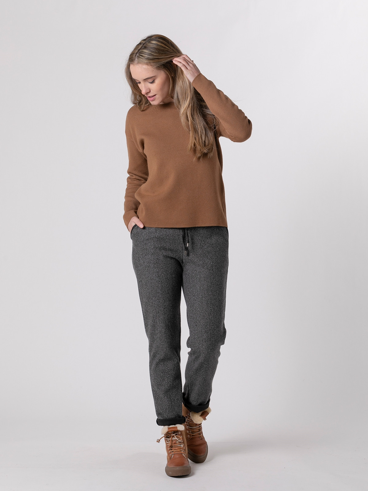 Woman Soft round neck knit sweater Camel