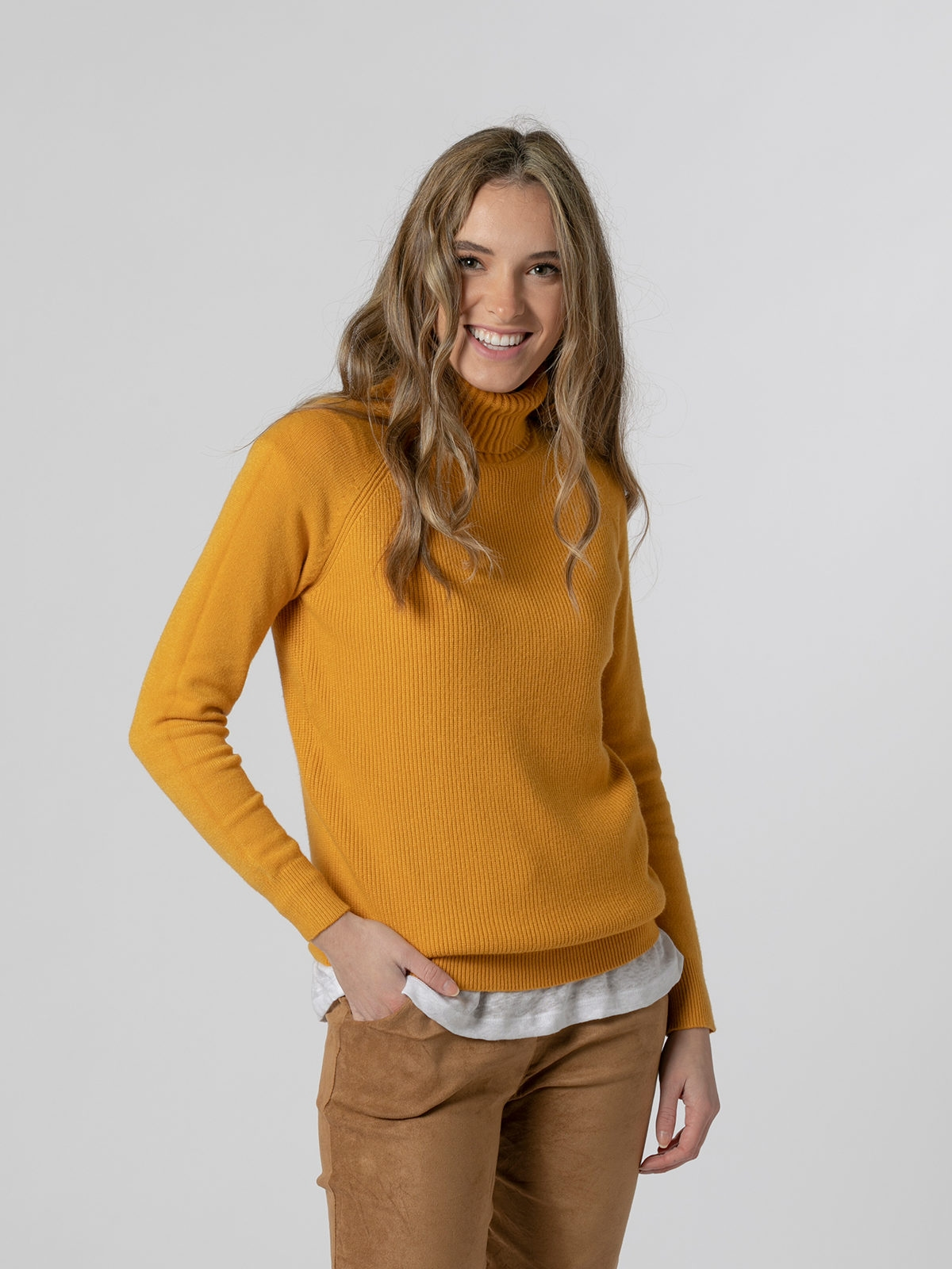 Woman Ribbed turtleneck sweater Mostaza