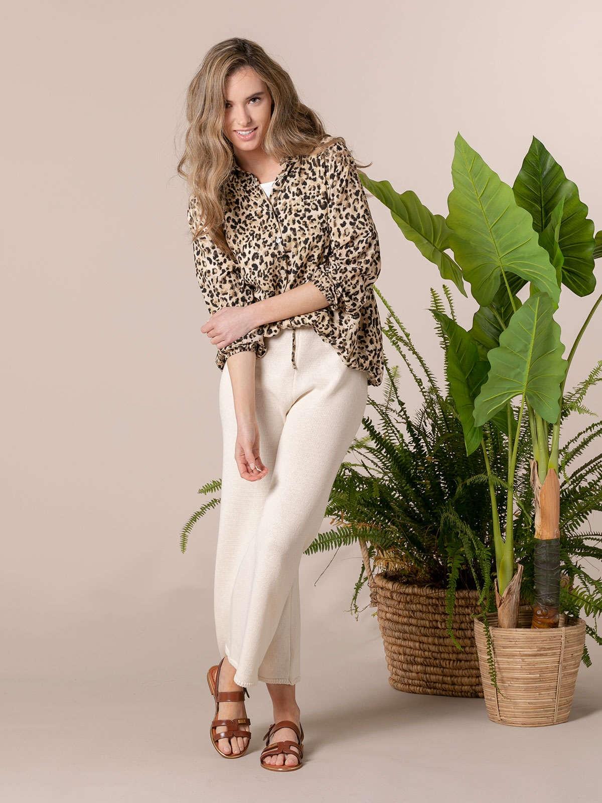 Woman Flowy printed shirt details Beige