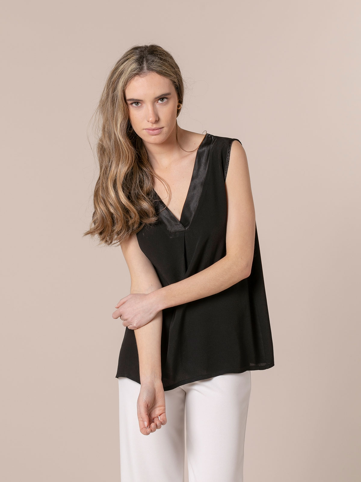Woman Flowy satin detail top Black