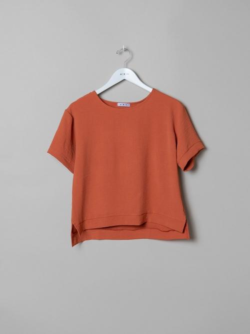 Woman Flowy blouse details Tile