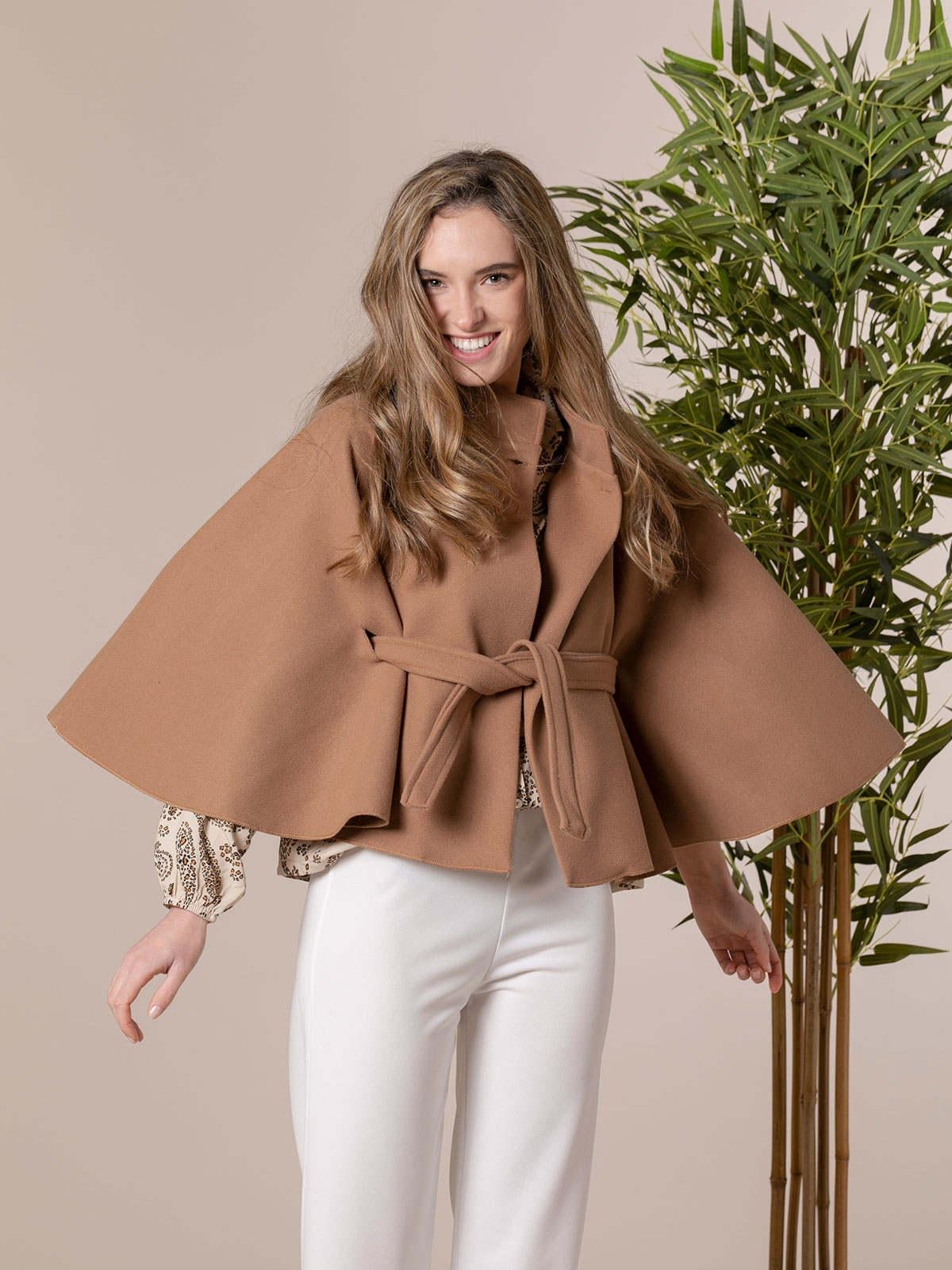 Abrigo mujer capa corta cinturón Camel