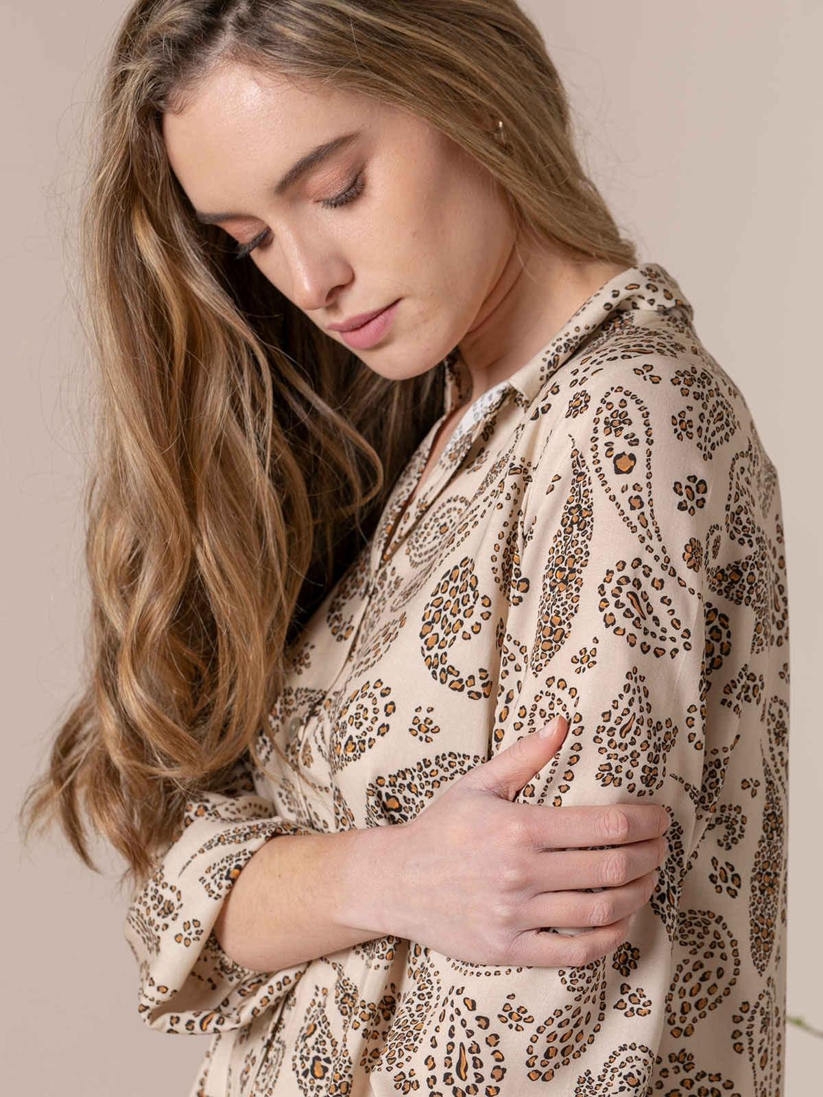 Woman Woman Flowy printed shirt details Beige Claro