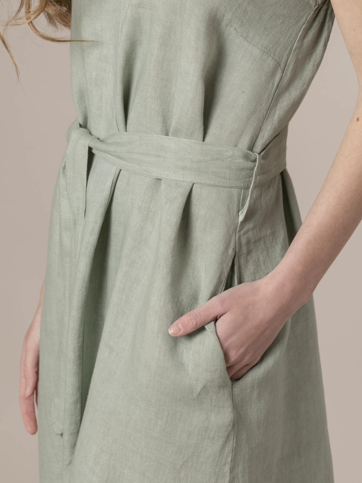 Woman Linen strappy dress with belt Green