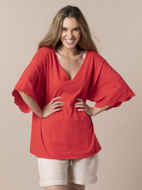 Camiseta mujer bordados y perforada Coral
