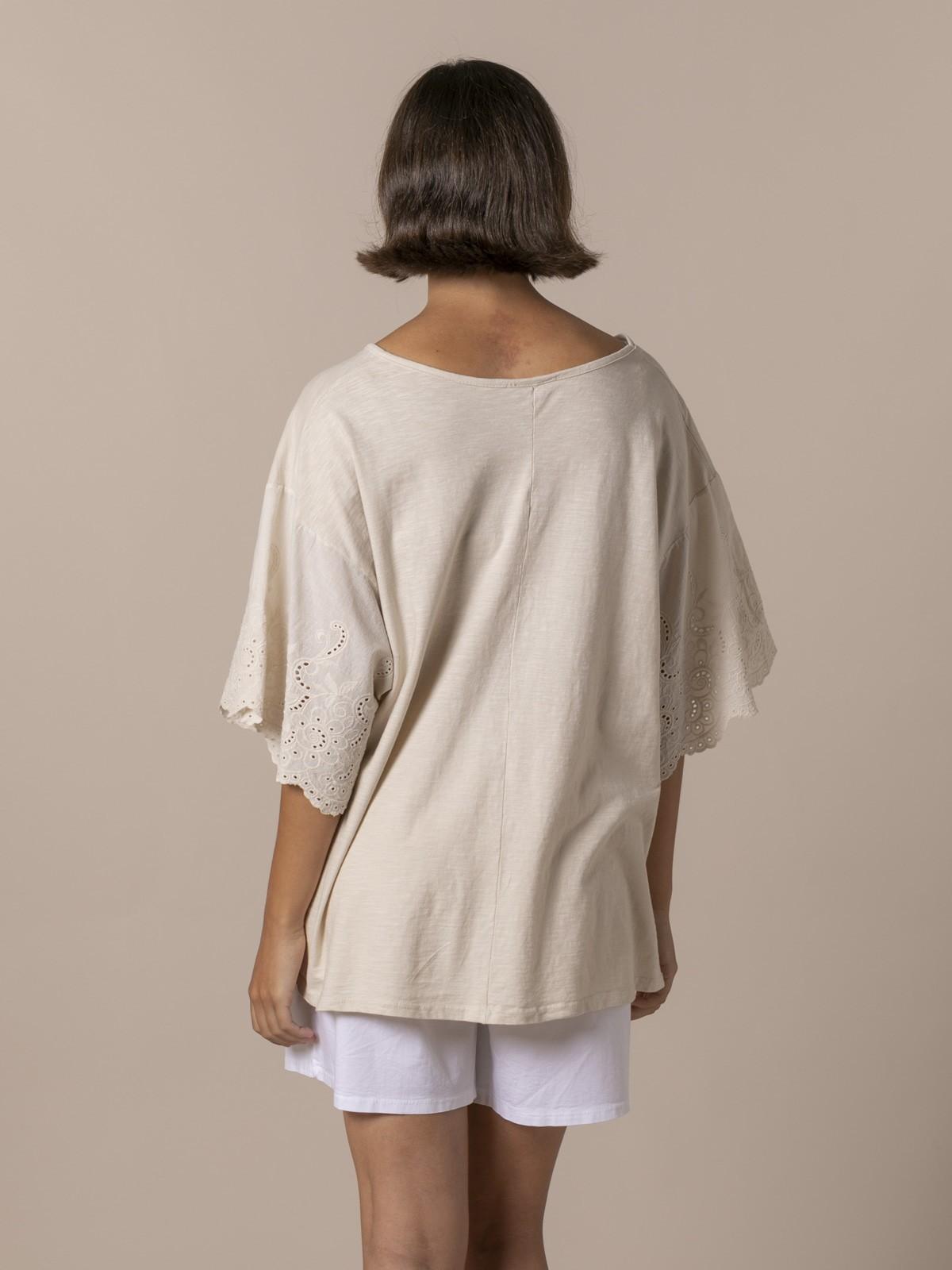 Camiseta mujer bordados y perforada Beige