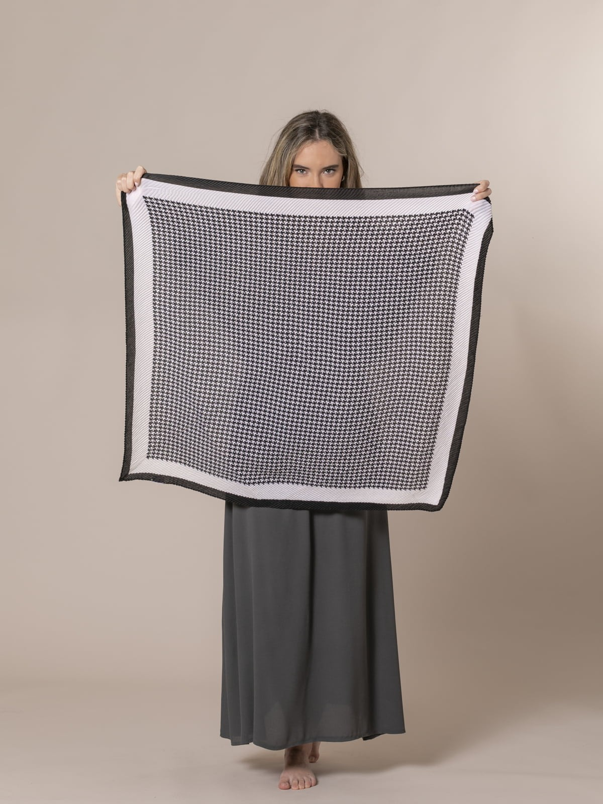 Woman Houndstooth pleated scarf Black