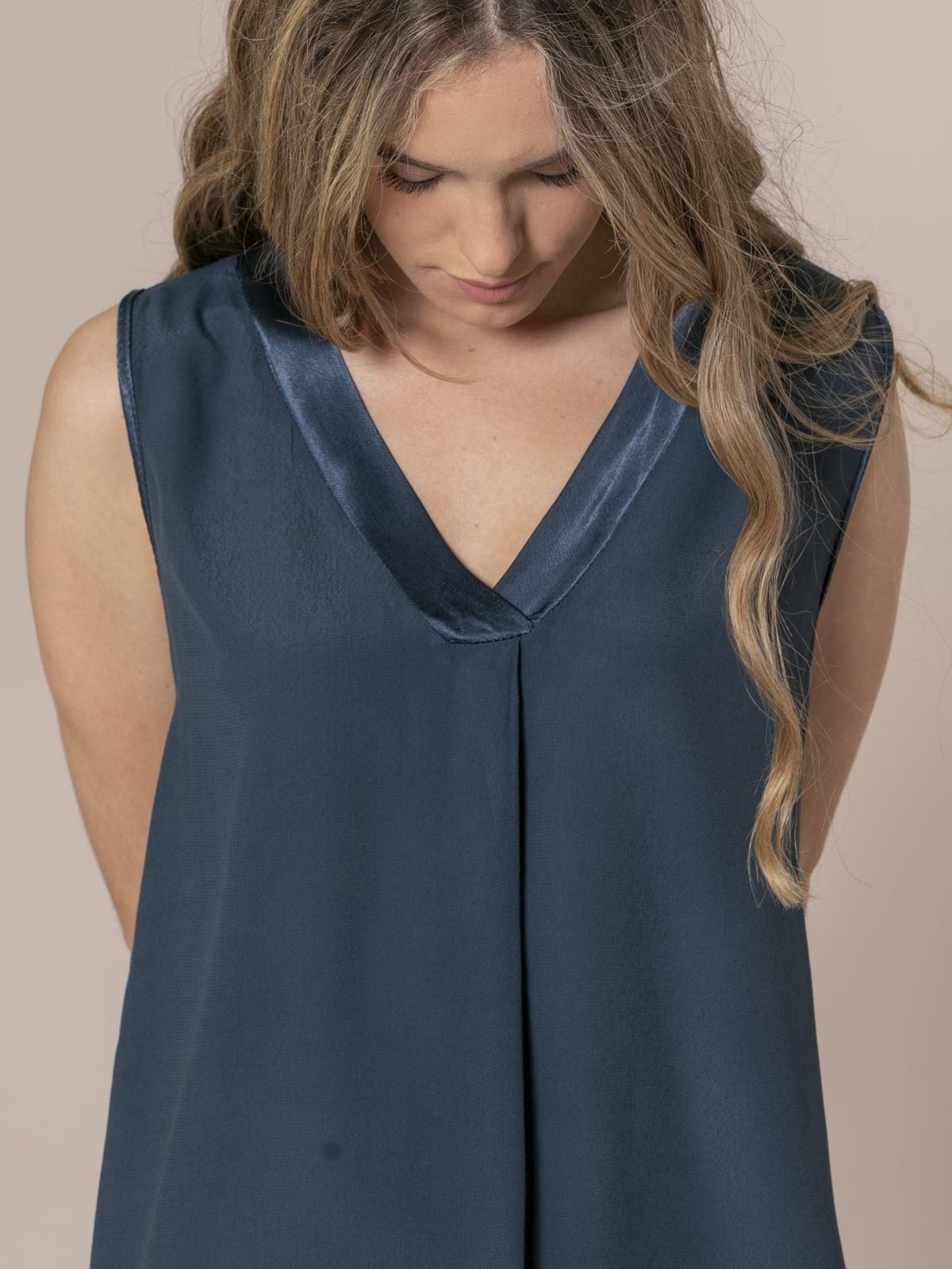 Woman Neckline detail top Blue