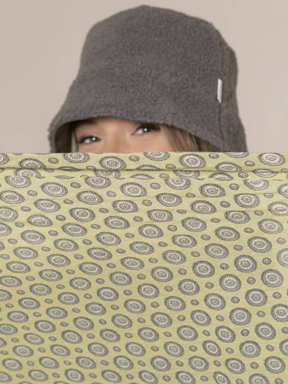 Woman Seventies mini circles scarf Lima