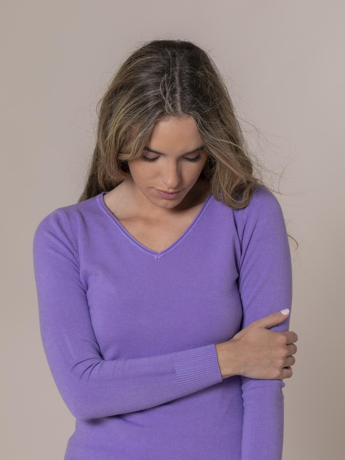 Jersey de punto básico cuello pico Lila