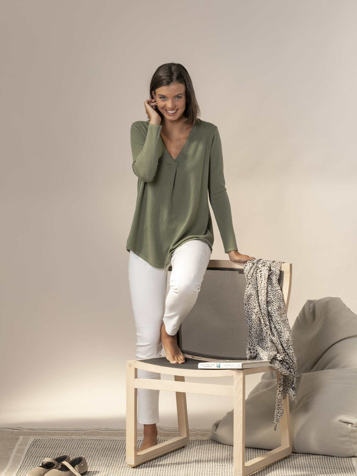 Woman Knitted sweater with neckline detail Khaki