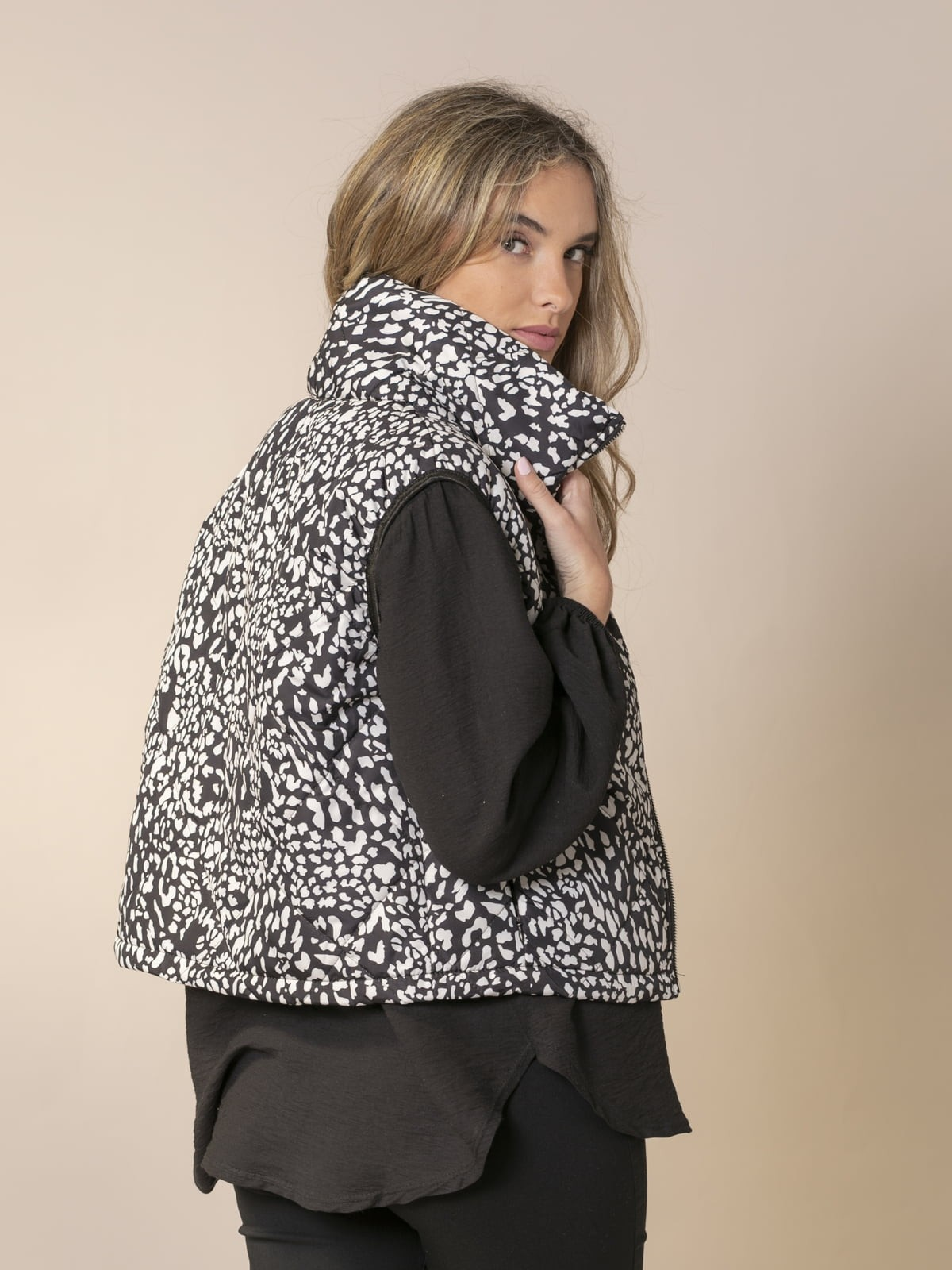 Woman Short quilted animal print vest Black