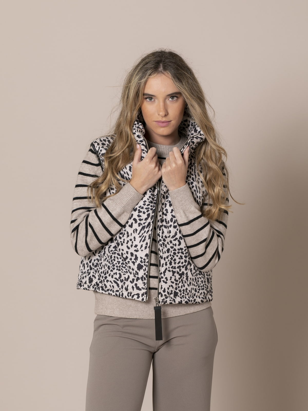 Woman Short quilted animal print vest Camel