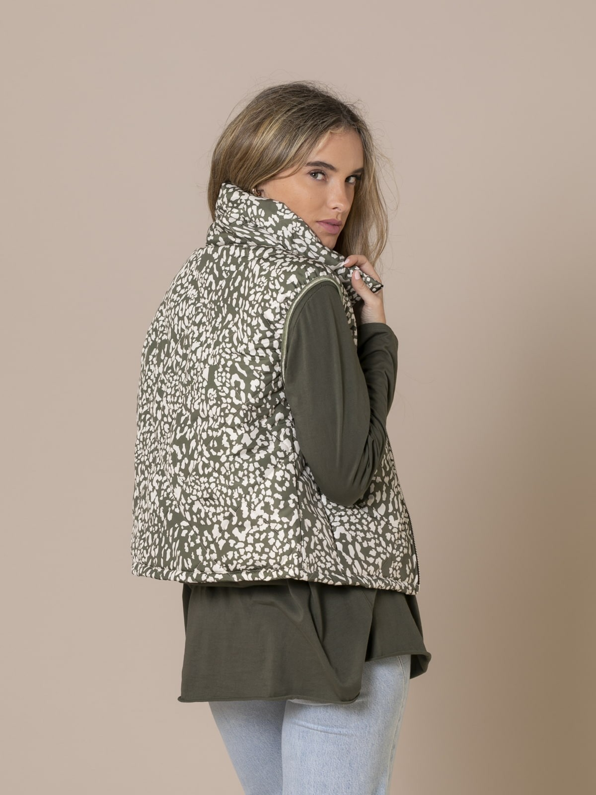 Woman Short quilted animal print vest Khaki