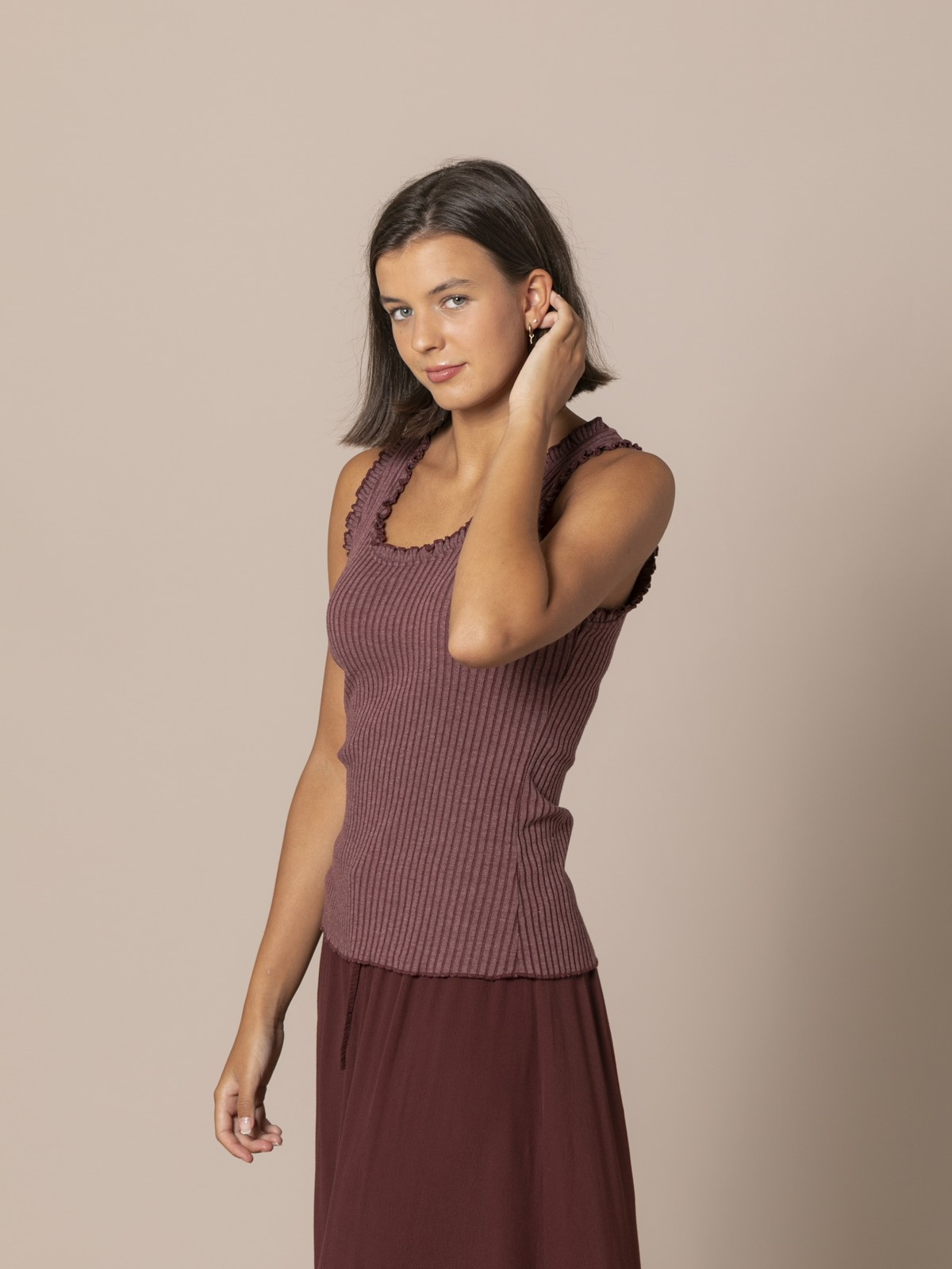 Camiseta mujer canalé y volantes Granate