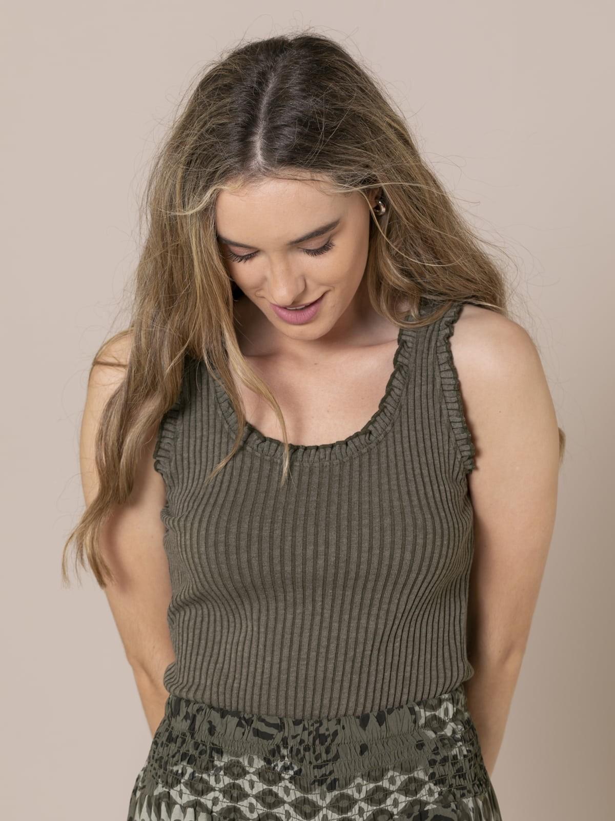Camiseta mujer canalé y volantes Caqui