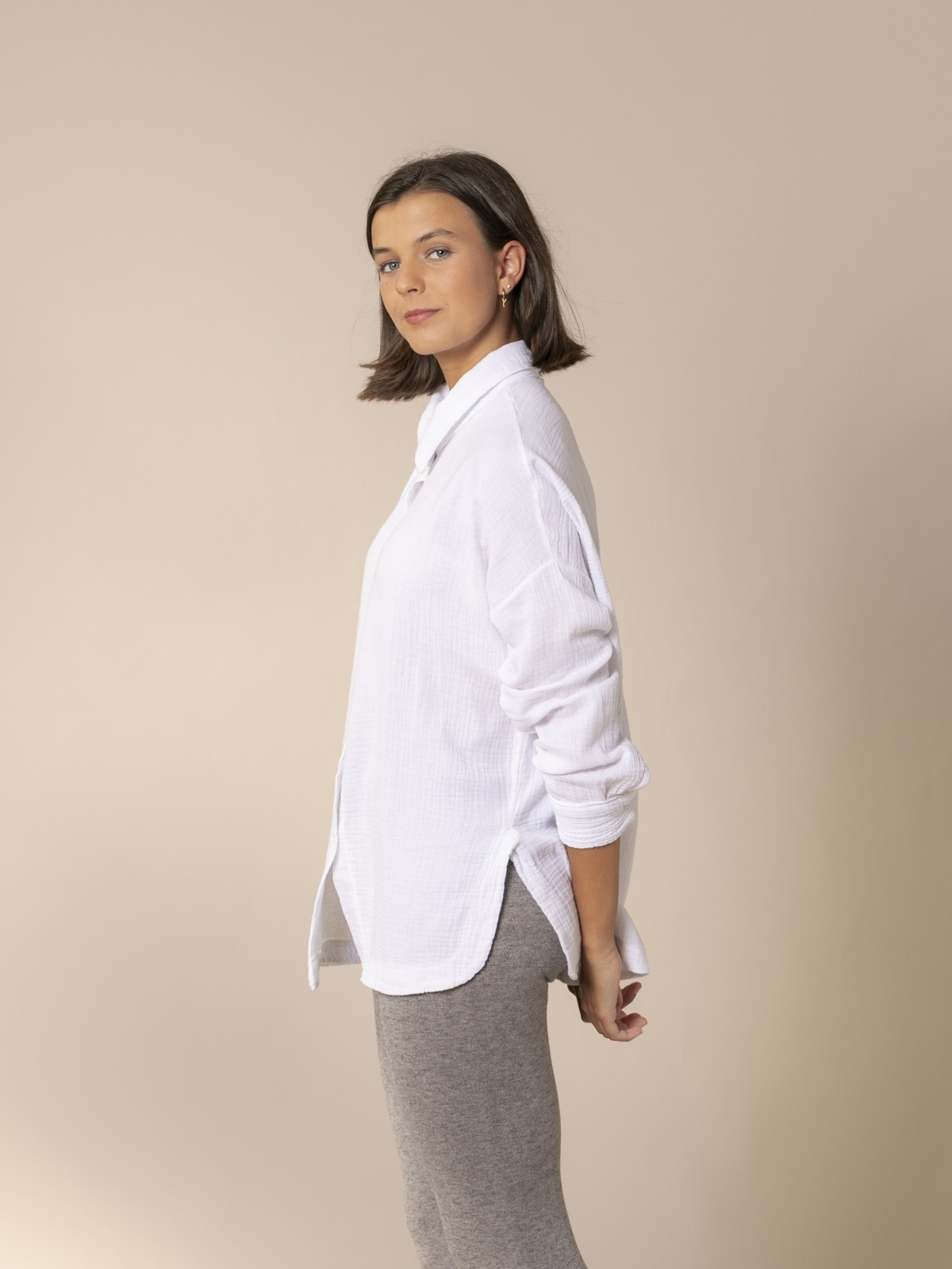 Woman Trendy cotton shirt with rounded hem White